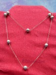 Dlouhý náhrdelník se stříbrnými kuličkami