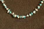 Modrobílý náhrdelník ze zlomků na lanku