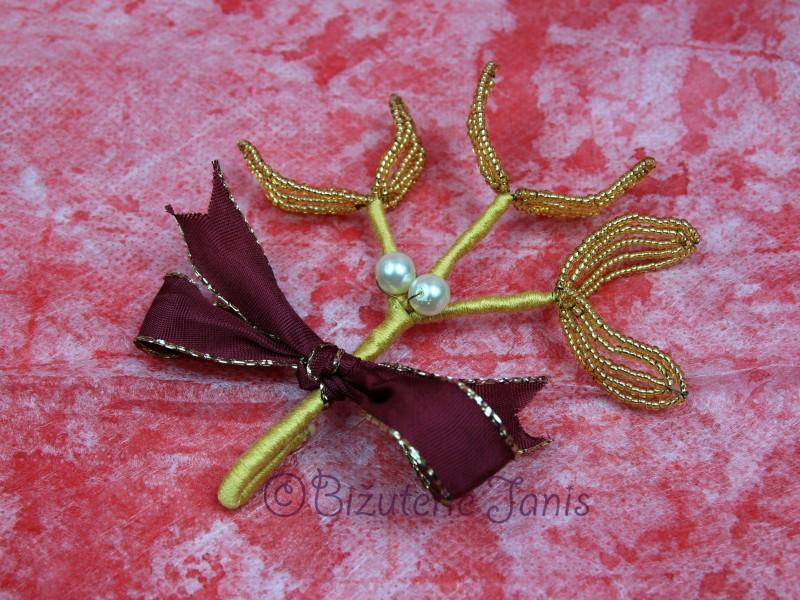 Malá zlatá větvička jmelí s bílými perličkami
