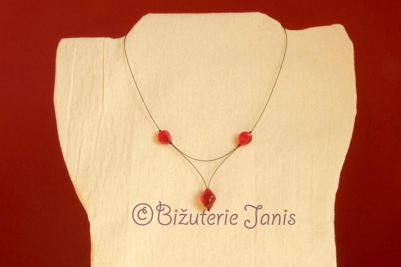 Náhrdelník s červenými kamínky na lanku