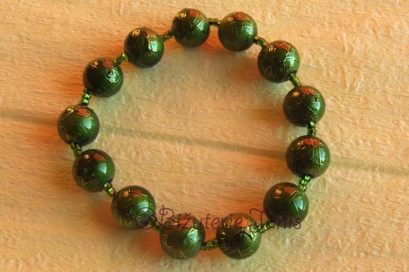 Zelený náramek s kuličkami na pružence