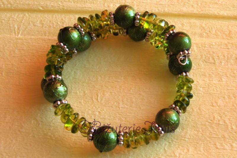 Zelený náramek z kuliček a zlomků
